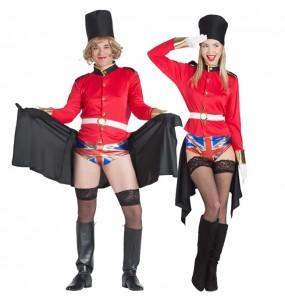 O casal Guardas Reais ingleses exibicionistas original e engraçado para se disfraçar com o seu parceiro